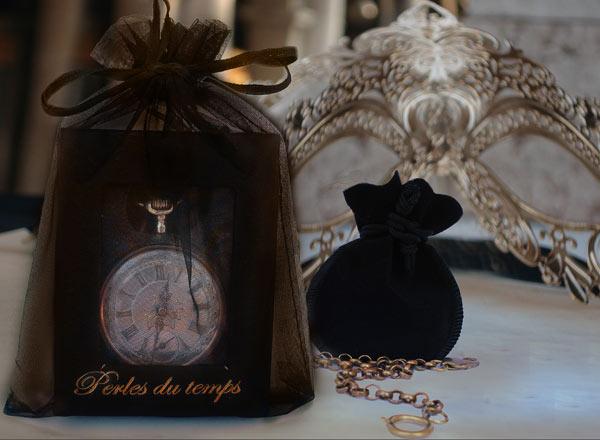 idée cadeau perles du temps, la montre dans le boitier élégant noir avec logo perles du temps dorée. Ensemble très placé dans le sac d'orgaza . Idée cadeau anniversaire , cadeau original ,cadeau noël ,St. Valentin ,fête de mère,fête de père